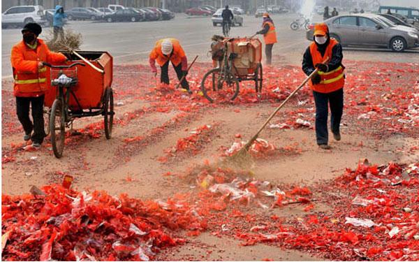 Все больше китайцев отказываются от многолетней традиции запуска пиротехники в период праздника Весны ради защиты окружающей среды