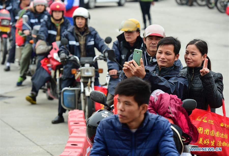 Un ejército de trabajadores migrantes regresan a casa en motocicletas