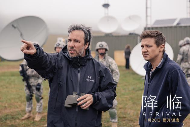 电影《降临》导演丹尼斯·维伦纽夫与男主角杰里米·伦纳合影