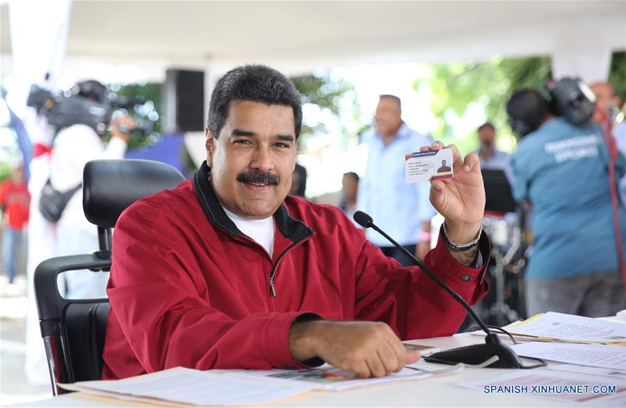 """CARACAS, enero 22, 2017 (Xinhua) -- Imagen cedida por la Presidencia de Venezuela, del presidente venezolano, Nicolás Maduro, participando durante el programa Los Domingos con Maduro, en la parroquia San José en Caracas, Venezuela, el 22 de enero de 2017. De acuerdo con información de la prensa local, Maduro destacó durante su programa los beneficios de obtener el nuevo """"Carnet de la Patria"""", instrumento impulsado el gobierno venezolano para fortalecer y expandir el sistema de protección social. (Xinhua/Presidencia de Venezuela)"""