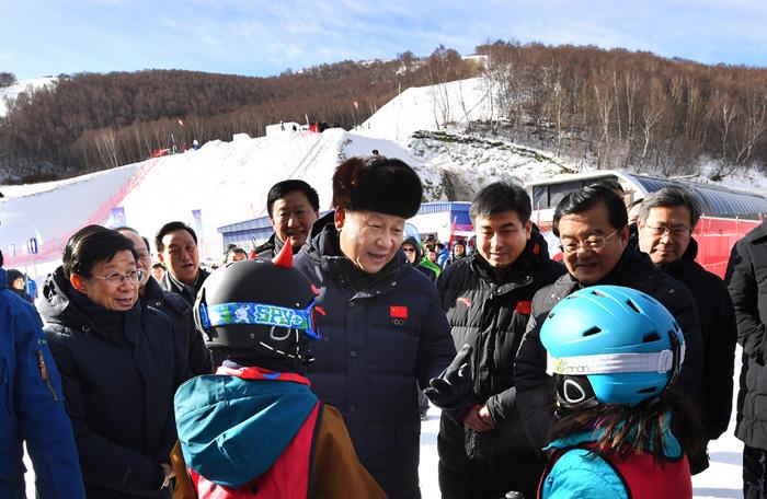 1月23日,中共中央总书记、国家主席、中央军委主席习近平在河北省张家口市考察北京冬奥会筹办工作。这是习近平在云顶滑雪场亲切勉励参加滑雪冬令营的少年儿童。