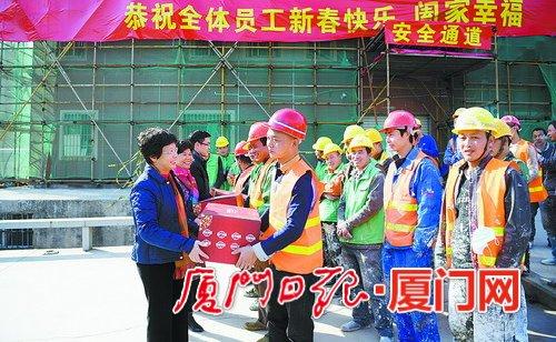 湖里区群团联盟到一线慰问建设者。(通讯员 陈瑜瑾 摄)