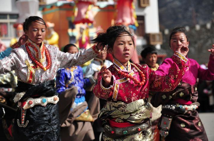Tibetanos dan la bienvenida al Losar con trajes folclóricos coloridos