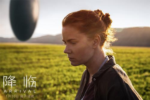 电影《降临》露易丝经过外星飞船陷入沉思