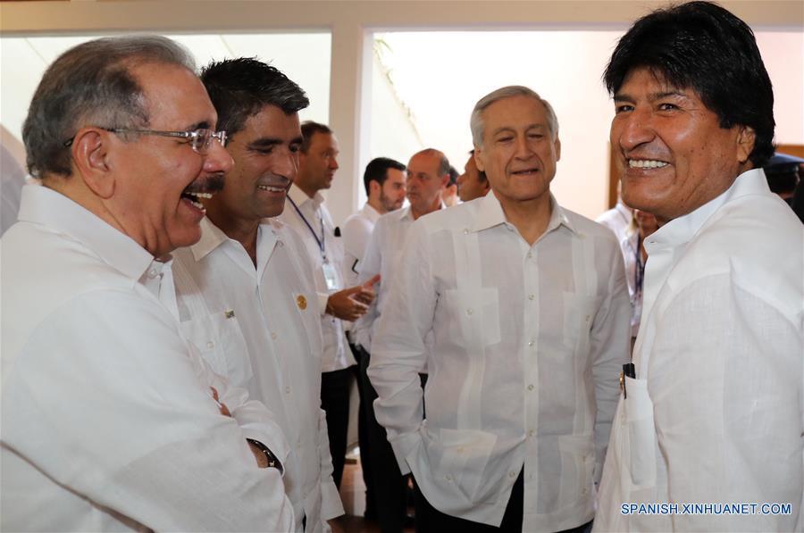 El presidente de Bolivia, Evo Morales (d), conversa con el presidente de República Dominicana, Danilo Medina (i), durante la inauguración de la V Cumbre de la Comunidad de Estados Latinoamericanos y Caribeños (CELAC), en Bávaro, República Dominicana, el 25 de enero de 2017. En República Dominicana iniciaron el miércoles las plenarias de la V Cumbre de Jefes de Estado y de Gobierno de la CELAC, con las presencia de 10 mandatarios. (Xinhua/ABI)