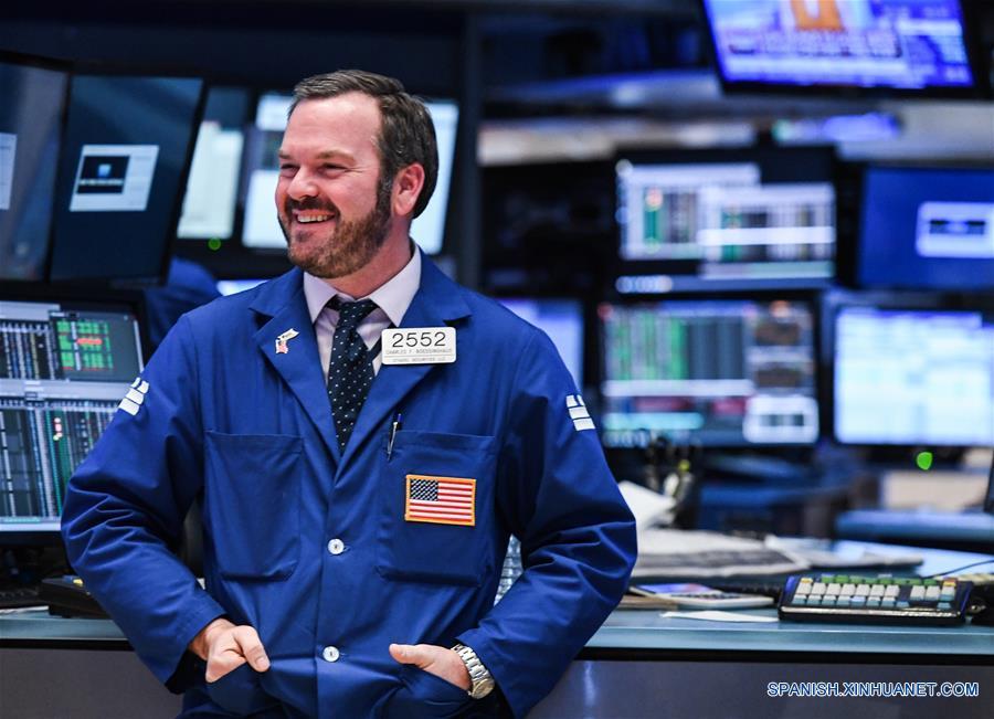 Un trabajador reacciona en el piso de operaciones de la Bolsa de Valores de Nueva York, en Nueva York, Estados Unidos de América, el 25 de enero de 2017. Wall Street extendió el miércoles las ganancias y el Promedio Industrial Dow Jones superó por primera vez las 20,000 unidades mientras los inversionistas analizan una serie de informes corporativos en general positivos. (Xinhua/Li Rui)