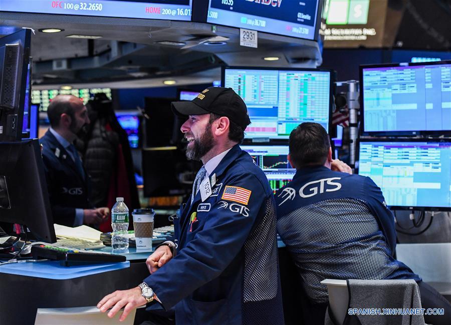Trabajadores laboran en el piso de operaciones de la Bolsa de Valores de Nueva York, en Nueva York, Estados Unidos de América, el 25 de enero de 2017. Wall Street extendió el miércoles las ganancias y el Promedio Industrial Dow Jones superó por primera vez las 20,000 unidades mientras los inversionistas analizan una serie de informes corporativos en general positivos. (Xinhua/Li Rui)