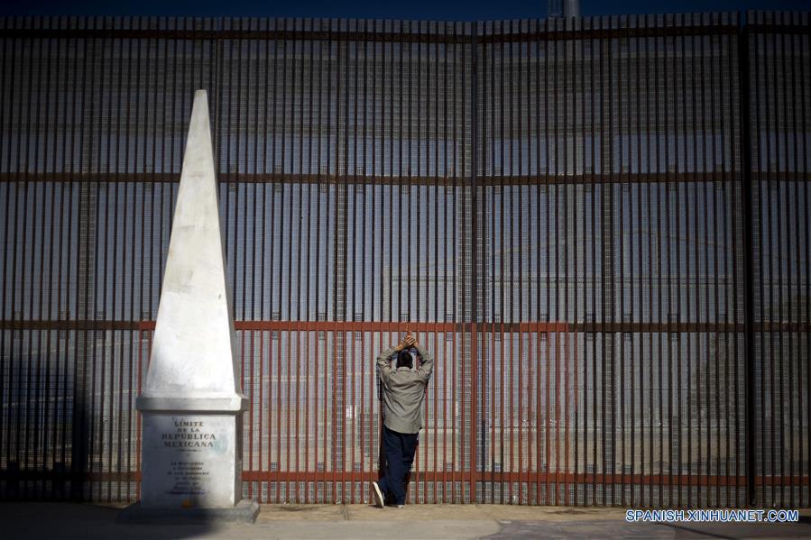 """Imagen del 16 de marzo de 2014 de de la activista Elvira Arellano, conversando con representantes de los medios de comunicaión, mientras familias migrantes y """"dreamers"""" (soñadores) cruzan hacia Estados Unidos de América, desde la garita de Otay, en la ciudad fronteriza de Tijuana, en el noroeste de México. El presidente de Estados Unidos de América, Donald Trump, firmó el miércoles una orden ejecutiva para destinar fondos federales a la construcción del muro fronterizo con México durante una ceremonia que se llevó a cabo en el Departamento de Seguridad Nacional. De acuerdo con información de la prensa local, Trump concedió una entrevista a una cadena de televisión la mañana del miércoles, en la que informó que la construcción del muro iniciará """"en meses"""". La migración de mexicanos hacia Estados Unidos de América, contra la cual el presidente de ese país, enfoca sus esfuerzos, se ubica en su nivel más bajo desde la década de los 60 del siglo XX, según datos del gobierno de México e instancias internacionales. El muro anunciado por el republicano en la frontera común de 3,200 kilómetros llega en un momento en que sólo el 25 por ciento del flujo que migra a Estados Unidos de América, tras cruzar la línea de manera ilegal o que llega con visa de turista, corresponde a mexicanos, de acuerdo con la cancillería mexicana. Las cifras oficiales muestran que 5,8 millones de mexicanos se encuentran entre los 11,8 millones de migrantes sin papeles que están en el vecino país, pues el resto son de Centroamérica y Asia. (Xinhua/Guillermo Arias)"""