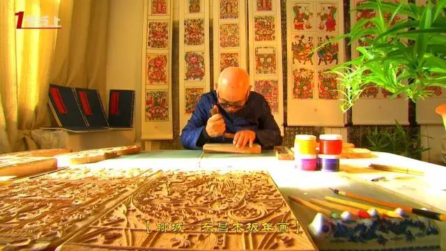 手艺人要先在木板上 精心雕刻出年画的图样