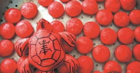 """象征喜气的红包与""""长寿龟"""",是春节期间祭祖款客的传统糕点。"""
