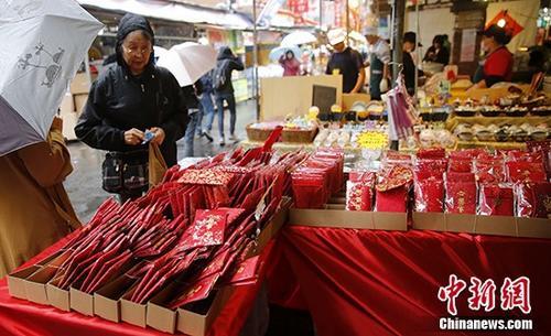 民众在台北迪化街年货大街上购买红包袋。