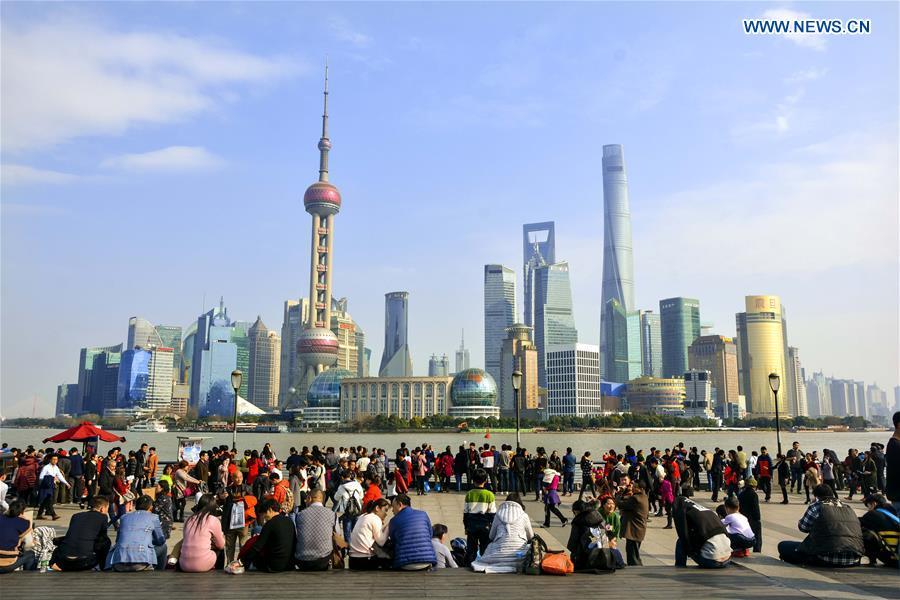 Tourists cram to the Bund during the Spring Festival holiday in Shanghai, east China, Jan. 29, 2017. (Xinhua/Tian Yiwei)