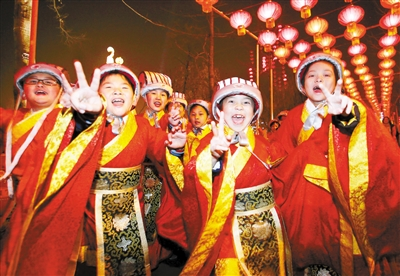 Putting on traditional Chinese costumes, outfits that highlight the color red. These children are known as the Little Gods of Happiness.