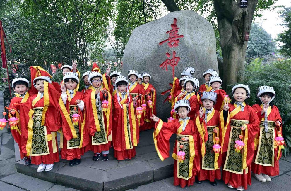 """Pequeños """"Dioses de la Felicidad"""" reparten alegría en Chengdu"""