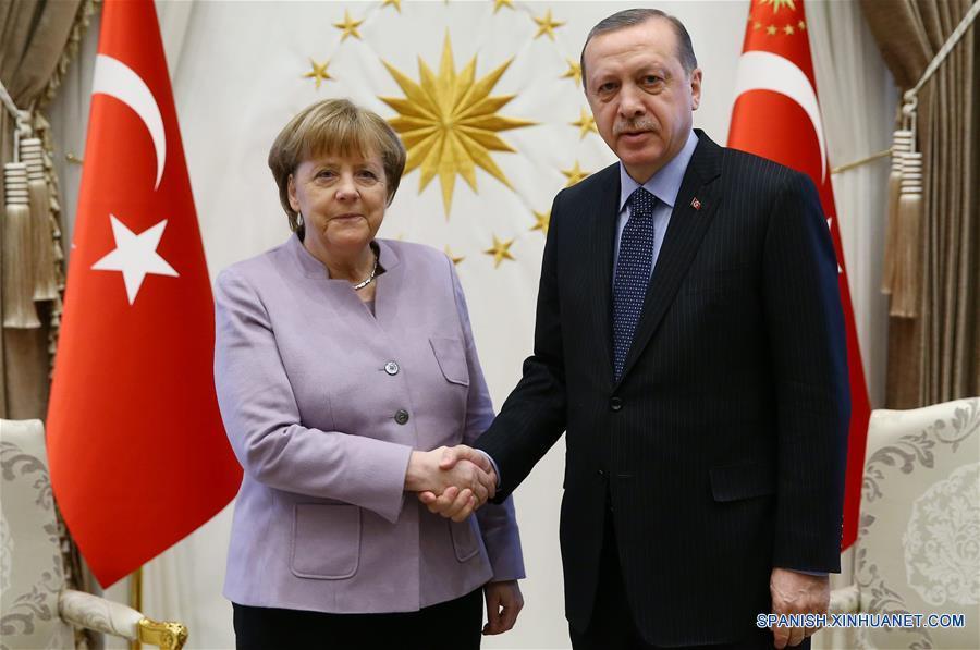 El presidente de Turquía, Recep Tayyip Erdogan (d), estrecha la mano con la canciller alemana, Angela Merkel (i), durante su reunión en el Palacio Presidencial, en Ankara, Turquía, el 2 de febrero de 2017. (Xinhua/Depo Photos/ZUMAPRESS)