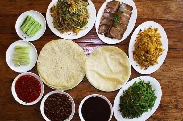 Один из главных обычаев в праздник «Личунь» – лакомиться «Чуньбин»