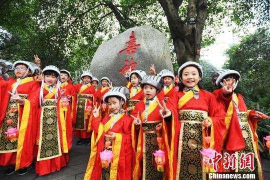 """Маленькие """"боги счастья"""" создают новогоднее настроение в Чэнду"""