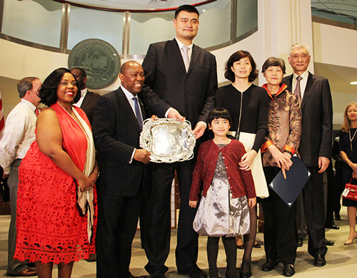 Yao Ming poses with his family and Houston Mayor Sylvester Turner and his daughter Ashley in Houston on Thursday. [Photo by May Zhou/China Daily]