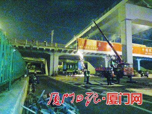 为了不影响市民通行,城管队员们选择在深夜、凌晨时分拆除仙岳路上的巨型违法广告牌。