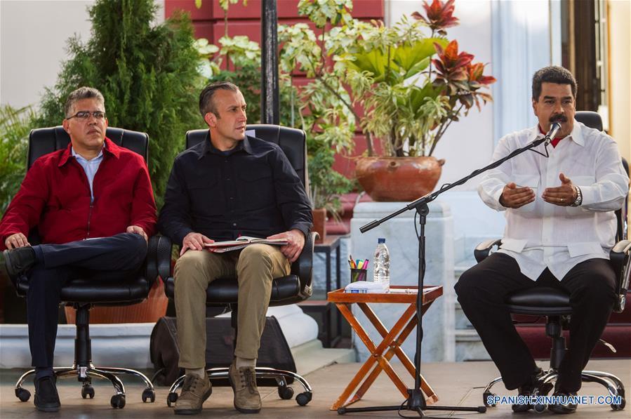 CARACAS, febrero 2, 2017 (Xinhua) --El presidente de Venezuela, Nicolás Maduro (d), acompañado por el vicepresidente venezolano, Tareck El Aissami (c), y el ministro de Educación, Elías Jaua (i), participan en un acto en conmemoración de los 18 años de la llegada de Hugo Chávez a la presidencia, en Caracas, Venezuela, el 2 de febrero de 2017. De acuerdo con información de la prensa local, durante el evento Maduro destacó los esfuerzos de Chávez para construir una democracia con la participación protagónica del pueblo. (Xinhua/Boris Vergara)