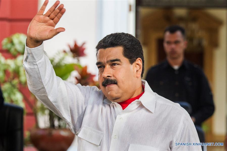 El presidente de Venezuela, Nicolás Maduro, participa en un acto en conmemoración de los 18 años de la llegada de Hugo Chávez a la presidencia, en Caracas, Venezuela, el 2 de febrero de 2017. De acuerdo con información de la prensa local, durante el evento Maduro destacó los esfuerzos de Chávez para construir una democracia con la participación protagónica del pueblo. (Xinhua/Boris Vergara)