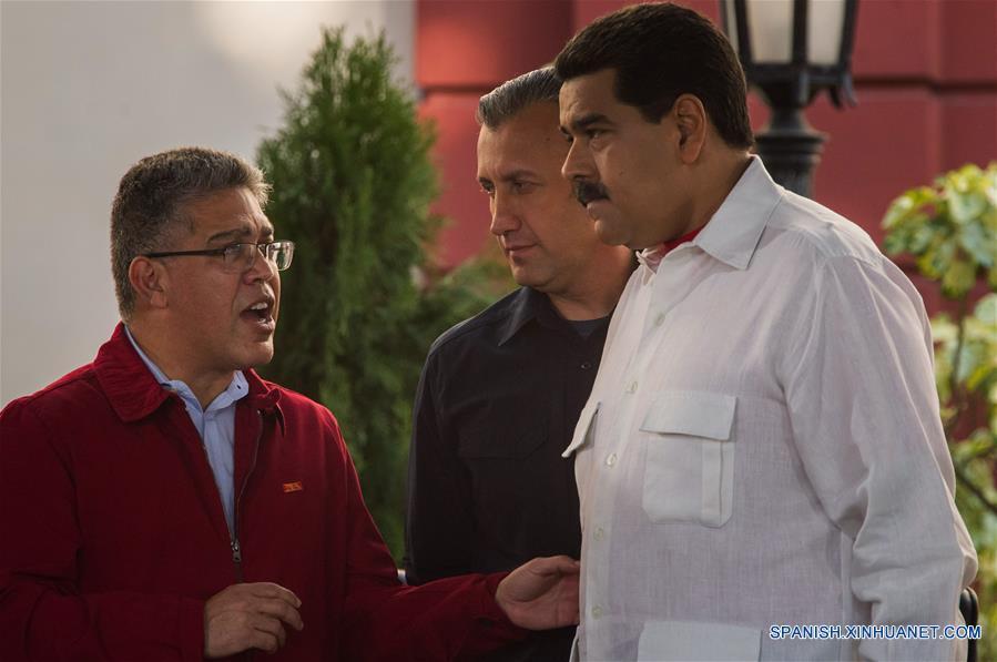 El presidente de Venezuela, Nicolás Maduro (d), acompañado por el vicepresidente venezolano, Tareck El Aissami (c), y el ministro de Educación, Elías Jaua (i), participan en un acto en conmemoración de los 18 años de la llegada de Hugo Chávez a la presidencia, en Caracas, Venezuela, el 2 de febrero de 2017. De acuerdo con información de la prensa local, durante el evento Maduro destacó los esfuerzos de Chávez para construir una democracia con la participación protagónica del pueblo. (Xinhua/Boris Vergara)