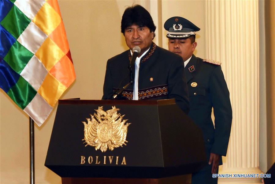 """LA PAZ, febrero 3, 2017 (Xinhua) -- El presidente de Bolivia, Evo Morales, pronuncia un discurso durante el acto protocolar de los embajadores acreditados en el Estado Plurinacional de Bolivia, en el Palacio de Gobierno en La Paz, Bolivia, el 3 de febrero de 2017. El presidente de Bolivia, Evo Morales, convocó el viernes a los embajadores acreditados en Bolivia a trabajar por la """"ciudadanía universal"""", al tiempo que criticó las políticas discriminatorias contra inmigrantes del presidente estadounidense, Donald Trump. """"Hacemos llamado a los pueblos del mundo y a todas las naciones que ustedes representan a trabajar por la ciudadanía universal y la superación de las fronteras, juntos logremos un instrumento de transformaciones"""", declaró el mandatario en La Paz, durante el acto protocolar anual en Palacio de Gobierno con representantes diplomáticos acreditados. (Xinhua/Enzo De Luca/ABI)"""