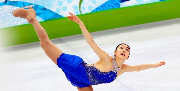 概要 花样滑冰是穿着冰鞋随着音乐在冰上起舞,展现各种动作,根据技术的准确性和美观来决胜负的滑冰比赛。比赛场地规定长56-60m,宽26-30m。奥运会有男·女个人参加的花样滑冰单人滑、男女一组进行比赛的冰上舞蹈和双人滑、以及团体比赛等共五个项目。
