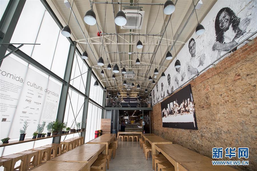"""El restaurante """"Refettorio Gastromotiva"""" cuenta con 9 mesas y 72 sillas."""
