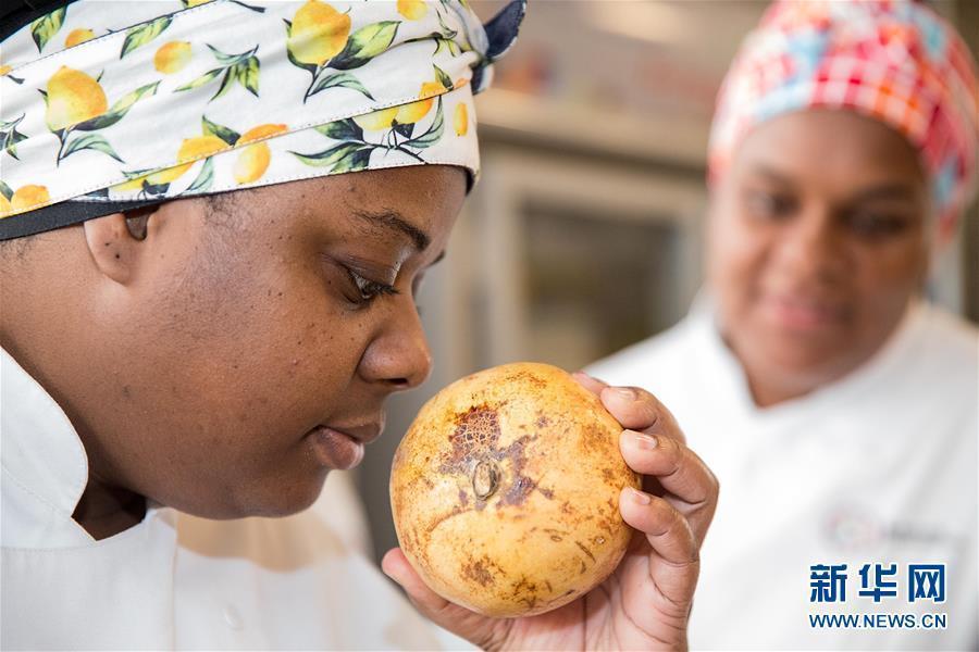 """Un alumno del """"Movimiento de la Gastronomía Social en Brasil"""" selecciona frutas"""