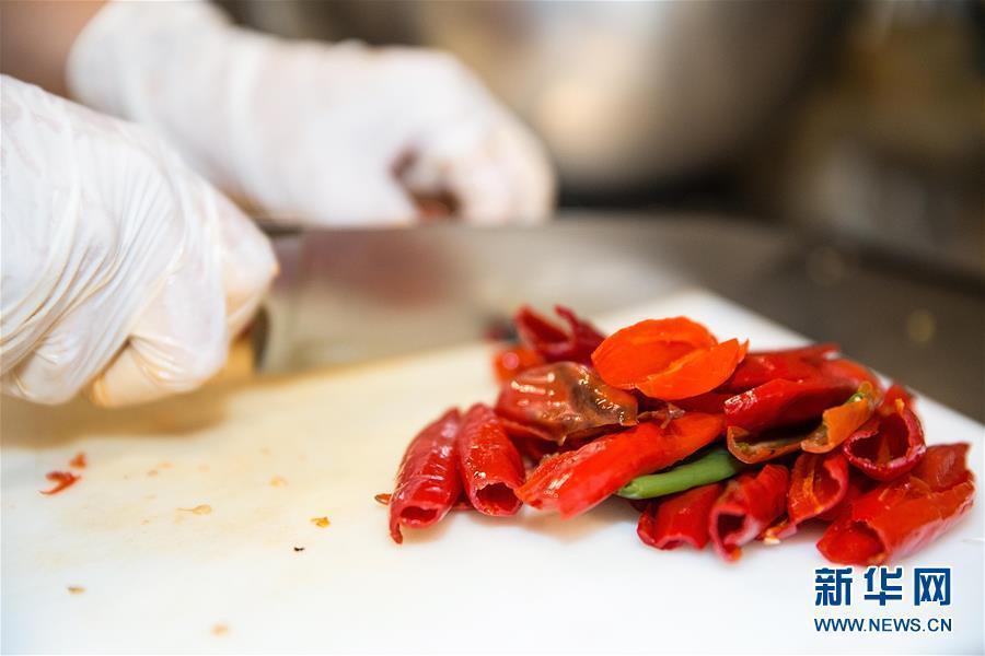 """Un alumno del """"Movimiento de la Gastronomía Social en Brasil"""" trabaja con los ingredientes alimentarios"""