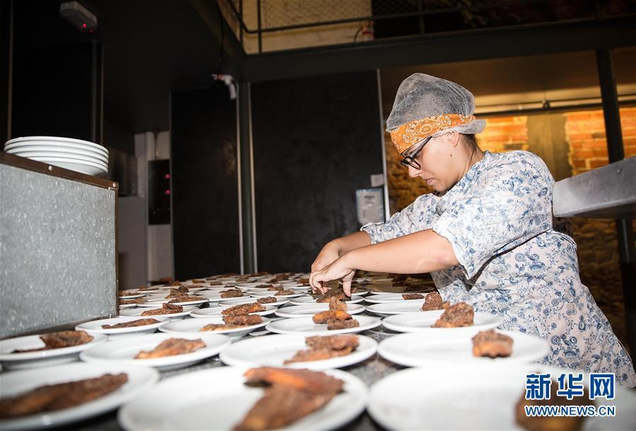La responsable de los postres del día prepara el pan de natillas con helado de manzana