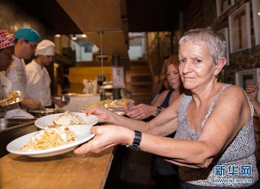Los camareros voluntarios en el restaurante
