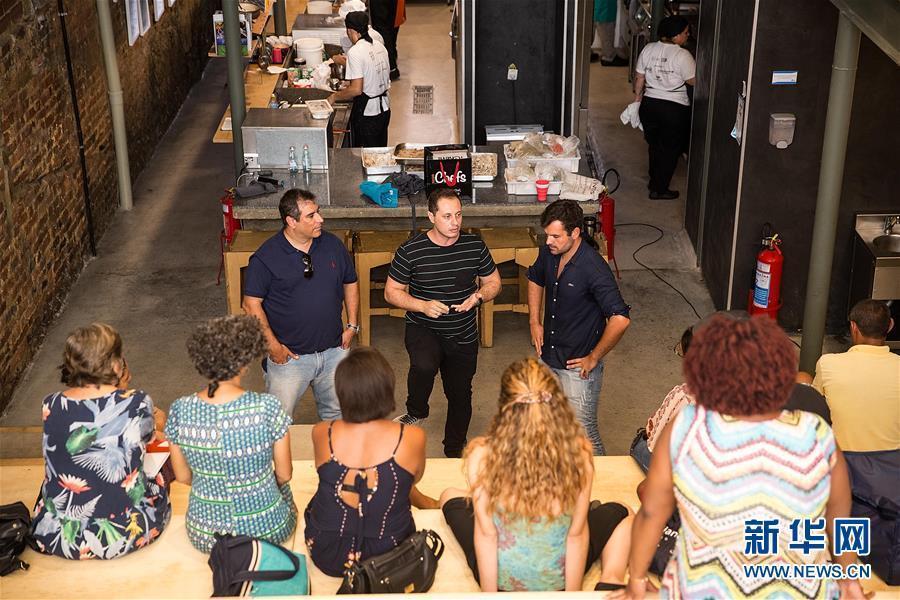 Un chef ejecutivo de un restaurante intercambia las opiniones con un emprendedor.