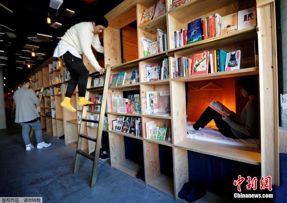 Dormez dans une étagère remplie de livres dans cette auberge de Tokyo
