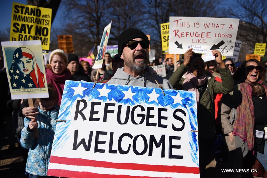 خرج المتظاهرين إلى الشوارع في واشنطن احتجاجا على مرسوم أصدره الرئيس الأمريكي دونالد ترامب يحظر سفر مواطني 7 دول ذات غالبية مسلمة إلى بلاده