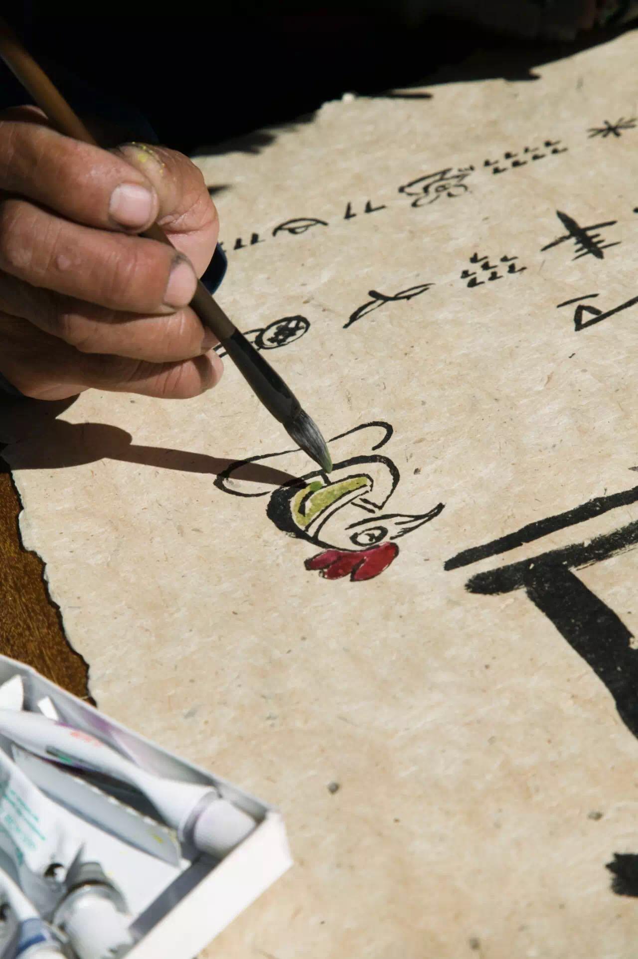 """1867年,法国传教士德斯古丁斯将纳西族的东巴经介绍到西方,引发了人们对东巴文的好奇,也催生了西方的""""纳西学""""。据推测,东巴纸出现于元朝,它的独特工艺和质地,让纳西的大东巴们用它抄写经文、绘画、制作法冠。纳西的造纸术与藏地有更多相似之处,但又融合了一丝中原造纸法的技艺,这在国内手工造纸中很罕见。如今,东巴造纸虽然在""""非遗""""热中被捧红,但也阻挡不了这项手艺传人的流失。东巴文化圣地——香格里拉白地村的造纸与丽江纸相比,更传统,名气也更大,造纸仍是一些家庭的重要收入来源。"""