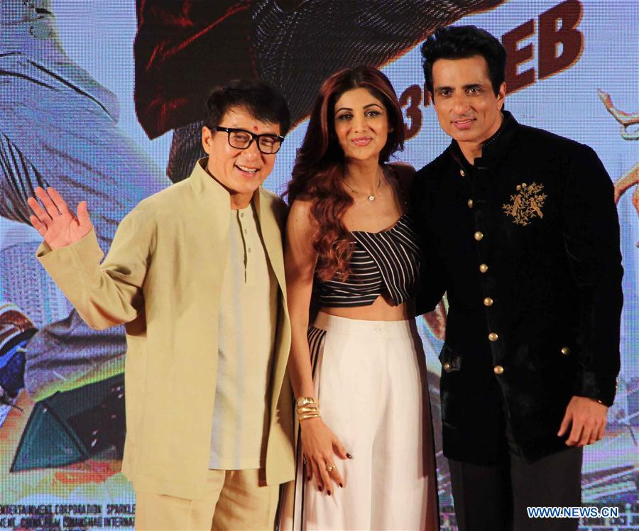 """Chinese actor Jackie Chan (L) poses for photos during a promotion event for his new movie """"Kung Fu Yoga"""" in Mumbai, India, Jan. 23, 2017. (Xinhua/Stringer)"""