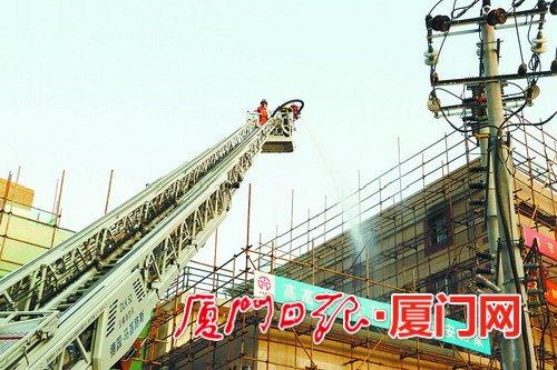 一家具仓库起火,消防官兵用云梯车灭火。