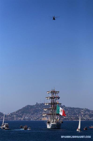 GUERRERO, febrero 6, 2017 (Xinhua) -- El buque escuela Cuauhtémoc zarpa del puerto de Acapulco, en el estado de Guerrero, México, el 6 de febrero de 2017. El buque escuela Cuauhtémoc, un emblemático velero de la Marina-Armada de México, zarpó el lunes del balneario de Acapulco, en el sureño estado de Guerrero, para recorrer 15 puertos del mundo, entre éstos, Shanghai, China. El buque comenzó en el puerto de Acapulco, en el Pacífico mexicano, un viaje de circunnavegación que lo llevará durante casi 10 meses por 12 países de América, Europa, Africa y Asia, informó la Secretaría de Marina-Armada de México. Los 234 tripulantes, entre mandos, instructores y cadetes, fueron despedidos con una ceremonia en cubierta presidida por el secretario de Marina, Vidal Francisco Soberón, y con la presencia de la primera dama, Angélica Rivera. (Xinhua/David Guzmán)
