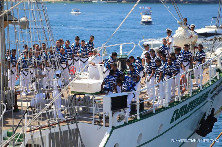 GUERRERO, febrero 6, 2017 (Xinhua) -- Marineros participan durante la ceremonia de despedida del Buque Escuela Cuauhtémoc, en el puerto de Acapulco, en el estado de Guerrero, México, el 6 de febrero de 2017. El buque escuela Cuauhtémoc, un emblemático velero de la Marina-Armada de México, zarpó el lunes del balneario de Acapulco, en el sureño estado de Guerrero, para recorrer 15 puertos del mundo, entre éstos, Shanghai, China. El buque comenzó en el puerto de Acapulco, en el Pacífico mexicano, un viaje de circunnavegación que lo llevará durante casi 10 meses por 12 países de América, Europa, Africa y Asia, informó la Secretaría de Marina-Armada de México. Los 234 tripulantes, entre mandos, instructores y cadetes, fueron despedidos con una ceremonia en cubierta presidida por el secretario de Marina, Vidal Francisco Soberón, y con la presencia de la primera dama, Angélica Rivera. (Xinhua/David Guzmán)