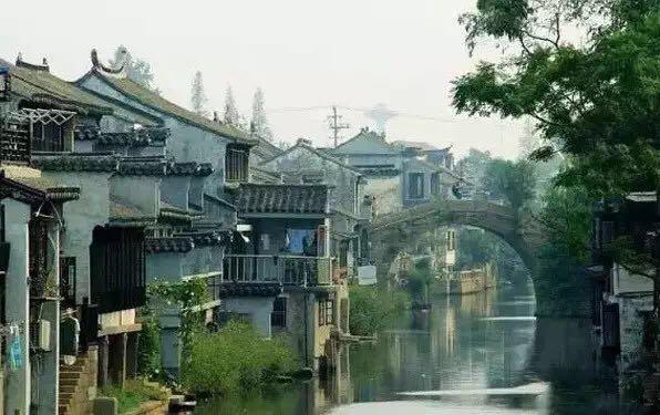 """外地人来到苏州,总会觉得这座城市连空气都是甜的,不管是甘甜的米酒、香甜的苏帮菜,甚至甜糯的苏州话,都会让人觉得做了一场弥漫着桂花香的美梦。王安忆在《长恨歌》中曾经这样描写苏州:""""没见苏州,已嗅到白兰花的香。苏州是上海的回忆,上海要就是不忆,一忆就忆到苏州。上海人要是梦回,就是回苏州。甜糯的苏州话,是给上海诉说爱的。苏州是上海的旧情难忘。"""""""