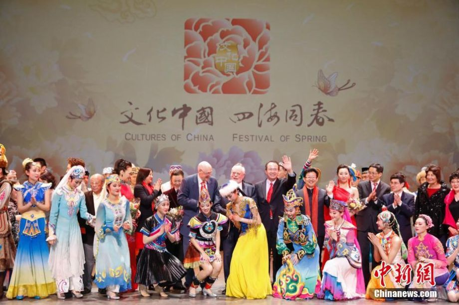 Former U.S. Treasury Secretary Henry Paulson and Consul General of the People's Republic of China in Chicago Hong Lei took a photo with Chinese performers at Harris Theater, Chicago, on February 5. (Photo: Chinanew.com)