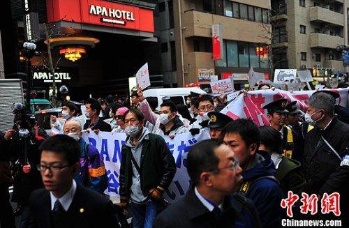 Китайские эмигранты организовали мирный протест против отеля APA в Токио