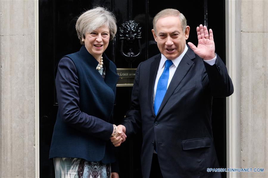 LONDRES, febrero 6, 2017 (Xinhua) -- La primera ministra británica, Theresa May (i), estrecha la mano del primer ministro de Israel, Benjamin Netanyahu (d), previo a su reunión en el número 10 de la Calle Downing, en Londres, Reino Unido, el 6 de febrero de 2017. (Xinhua/Ray Tang)