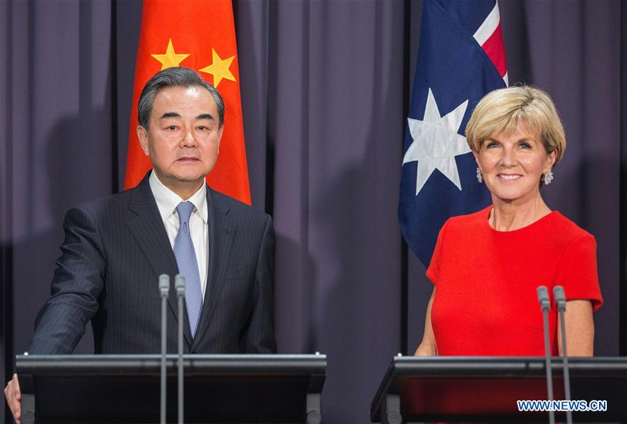 Chinese Foreign Minister Wang Yi (L) and his Australian counterpart Julie Bishop meet the press after the two countries
