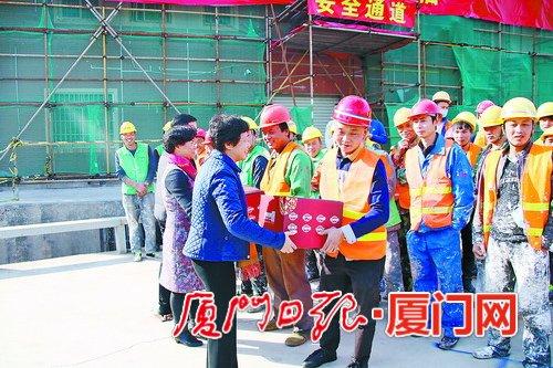 湖里区总工会慰问春节期间奋战在施工一线的职工。