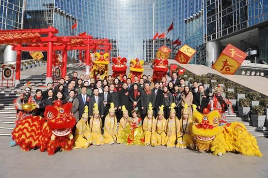 说明: 近五十位租户代表热情参与开年仪式为新年纳福