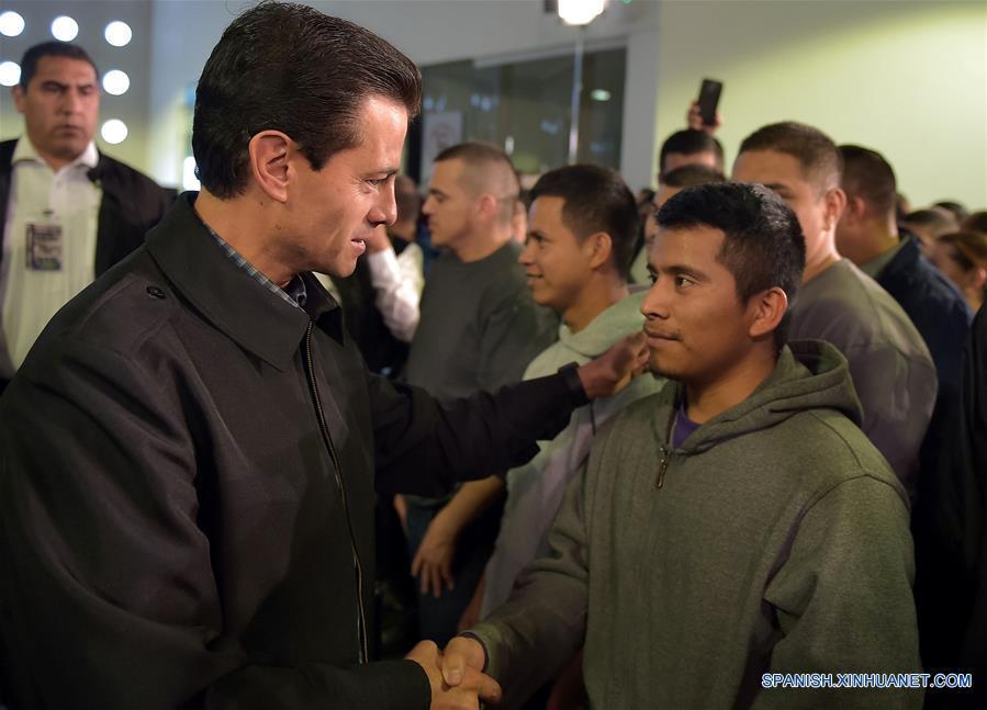 CIUDAD DE MEXICO, febrero 7, 2017 (Xinhua) -- Imagen cedida por la Presidencia de México, del presidente mexicano, Enrique Peña Nieto (i), estrechando la mano de un ciudadano mexicano repatriado desde Estados Unidos de América, en el Aeropuerto Internacional de la Ciudad de México, capital de México, el 7 de febrero de 2017. De acuerdo con información de la prensa local, un grupo de 135 migrantes repatriados llegó el martes a la Ciudad de México a bordo de un vuelo comercial, el primero desde la toma de protesta del presidente estadounidense Donald Trump. El presidente Peña Nieto se reunió con los connacionales a quienes se les brindó apoyo a través del Programa Somos Mexicanos, que permite proporcionarles atención integral. (Xinhua/Presidencia de México)