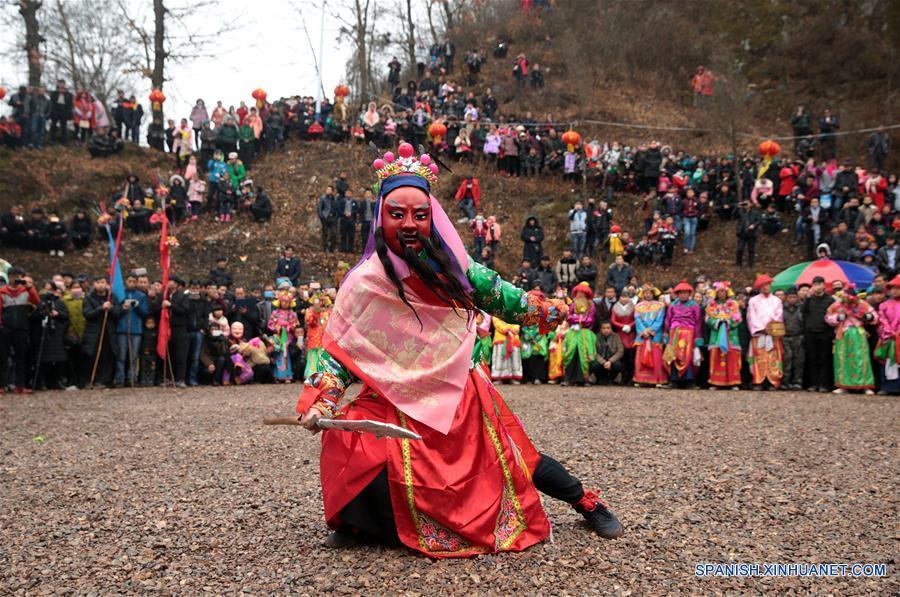 """GANSU, febrero 7, 2017 (Xinhua) -- Imagen del 6 de febrero de 2017 de un miembro de la compañía teatral interpretando la ópera """"gaoshan"""" en la villa de Guanyinba del municipio de Yulong en Longnan, provincia de Gansu, en el noroeste de China. La ópera """"Gaoshan"""", que se originó en Yulong, tiene una historia de aproximadamente 700 años. Esta fue enlistada como uno de los patrimonios culturales intangibles nacionales en 2008. (Xinhua/Cai Yang)"""